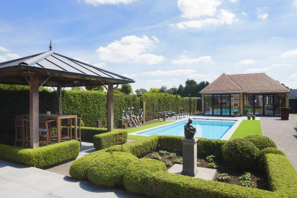 Zwembad in landelijke tuin